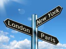 Turismo y Destin del viaje de la demostración del poste indicador de Londres París Nueva York Imágenes de archivo libres de regalías