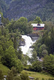 Turismsemester och lopp Berg och vattenfall i Bergen, Norge, Skandinavien Arkivfoto