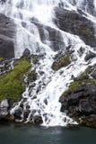 Turismsemester och lopp Berg och vattenfall på fjorden Nærøyfjord i Gudvangen, Norge, Skandinavien Arkivfoto