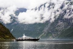 Turismsemester och lopp Liten yacht med berg och fjorden Nærøyfjord i Gudvangen, Norge, Skandinavien Royaltyfria Bilder