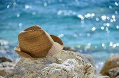 Turismsommarkoja i roken på stranden Arkivfoto