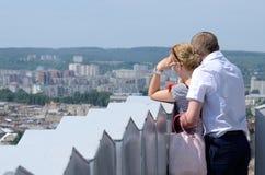 Turist- älska par som ser den moderna delen av den Lviv staden, Ukraina Arkivbild