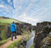 Turist- anseende på överkanten av kanjonen i Island Royaltyfri Bild