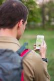 Turist- användande navigering app Arkivbilder