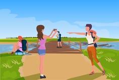 Turist- avkoppling som fotograferar träbron över lägenhet för begrepp för expedition för bakgrund för flodberglandskap vektor illustrationer