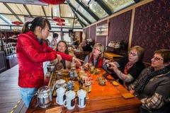 Turist- avsmakning som dricker tehuset av Fang Bang Zhong Lu gammal cit Arkivbilder