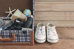 Turist- bagage för tappning med kläder, tillbehör Royaltyfria Bilder
