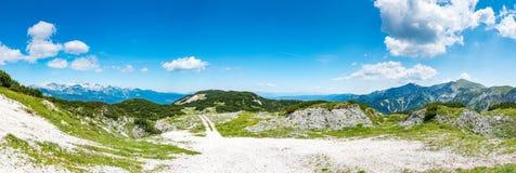 Turist- bana i Slovenien berg nära Vogel Bana av överkanten av berget, grönt gräs, lock, blå himmel fotvandra i Europa Triglav na Arkivfoton