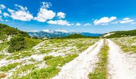 Turist- bana i Slovenien berg nära Vogel Bana av överkanten av berget, grönt gräs, lock, blå himmel fotvandra i Europa Triglav na Royaltyfria Foton