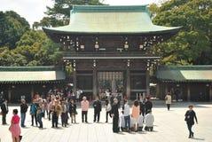 Turist- besök Meiji Jingu Shrine Arkivfoto