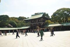 Turist- besök Meiji Jingu Shrine Arkivbilder
