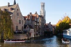 Turist- besök Rozenhoedkaai (Quaien av radbandet) i Bruges, Belgien Fotografering för Bildbyråer
