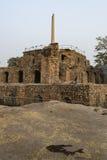 Turist- besöka Ashoka pelare på den pyramidala strukturen i den Feroz schah Kotla Royaltyfria Foton