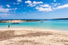 Turist- besöka Els Pujols strand i den Formentera ön Fotografering för Bildbyråer