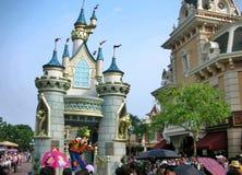Turist- besökDisney slott i Hong Kong Disney arkivbilder