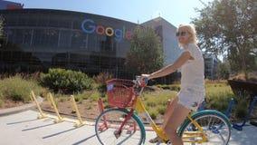 Turist- besökGoogle högkvarter arkivfilmer