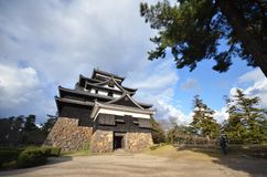Turist- besökMatsue slott i Matsue Arkivfoto