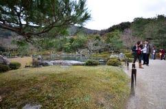 Turist- besökTenryuji tempel på December 09, 2014 i Kyoto Arkivfoto