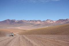 Turist- bil på den Atacama öknen i Bolivia Arkivfoto