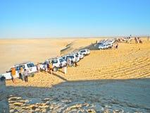 Turist- bilar på Sahara Arkivfoto