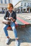 Turist- brukssmartphone för kvinna i Kosice den gamla staden, Slovakien royaltyfri foto