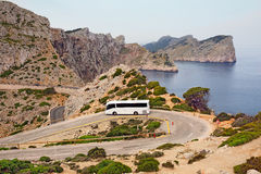 Turist- buss på bergvägen av udden Formentor Ö Majorca, Spanien Fotografering för Bildbyråer