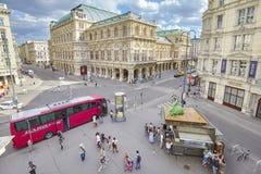 Turist- buss som parkeras av Albertinaplatz Fotografering för Bildbyråer