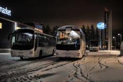 Turist- bussar i en parkeringsplats i vintern Royaltyfri Bild