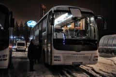 Turist- bussar i en parkeringsplats i vintern Fotografering för Bildbyråer