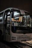 Turist- bussar i en parkeringsplats i vintern Arkivfoton