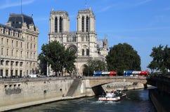 Turist- bussar på den Notre Dame domkyrkan i Paris, Frankrike arkivfoto