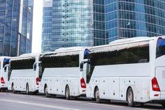 Turist- bussar på en stadsgata royaltyfria foton