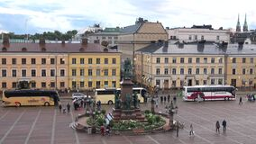 Turist- bussar på monumentet till Alexanderen II Helsingfors Finland stock video