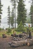 Turist- campingplats med spisen Multinskoe sjö, Altai arkivfoton