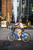 Turist- cyklist som rider hennes citicykel royaltyfri bild