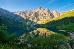 turist- dragning av Polen sjön Morskie Oko i den Tatra monteringen Royaltyfri Bild