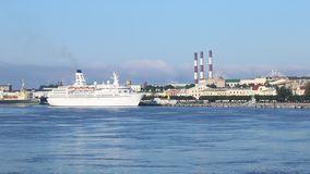 Turist- eyeliner`-Astor ` på den Neva floden arkivfilmer