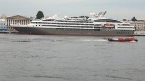 Turist- eyeliner`-Astor ` på den Neva floden stock video