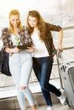 Turist för två unga kvinnor som använder den digitala minnestavlan Royaltyfria Foton