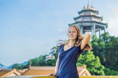 Turist för ung kvinna i den buddistiska templet Kek Lok Si i Penang, Mal royaltyfria bilder
