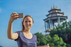Turist för ung kvinna i den buddistiska templet Kek Lok Si i Penang, Malaysia, Georgetown arkivbilder
