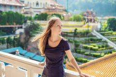 Turist för ung kvinna i den buddistiska templet Kek Lok Si i Penang, Malaysia, Georgetown royaltyfri fotografi