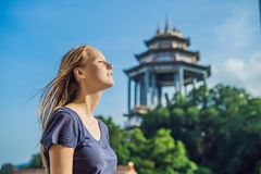 Turist för ung kvinna i den buddistiska templet Kek Lok Si i Penang, Malaysia, Georgetown arkivbild