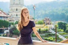 Turist för ung kvinna i den buddistiska templet Kek Lok Si i Penang, Malaysia, Georgetown arkivfoto