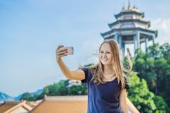 Turist för ung kvinna i den buddistiska templet Kek Lok Si i Penang, Malaysia, Georgetown royaltyfria foton