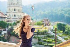 Turist för ung kvinna i den buddistiska templet Kek Lok Si i Penang, Malaysia, Georgetown arkivfoton