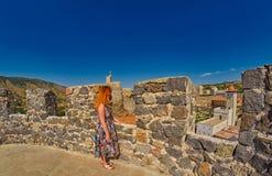 Turist för ung kvinna mot massiva väggar av den Rabati slotten Arkivbilder