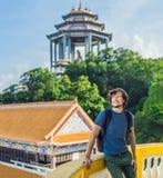 Turist för ung man i den buddistiska templet Kek Lok Si i Penang, Malaysia, Georgetown arkivbilder