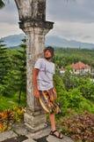 Turist för ung man i gammal vattenslott på den Bali ön arkivfoton