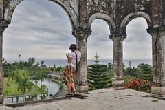 Turist för ung man i gammal vattenslott på den Bali ön royaltyfri fotografi